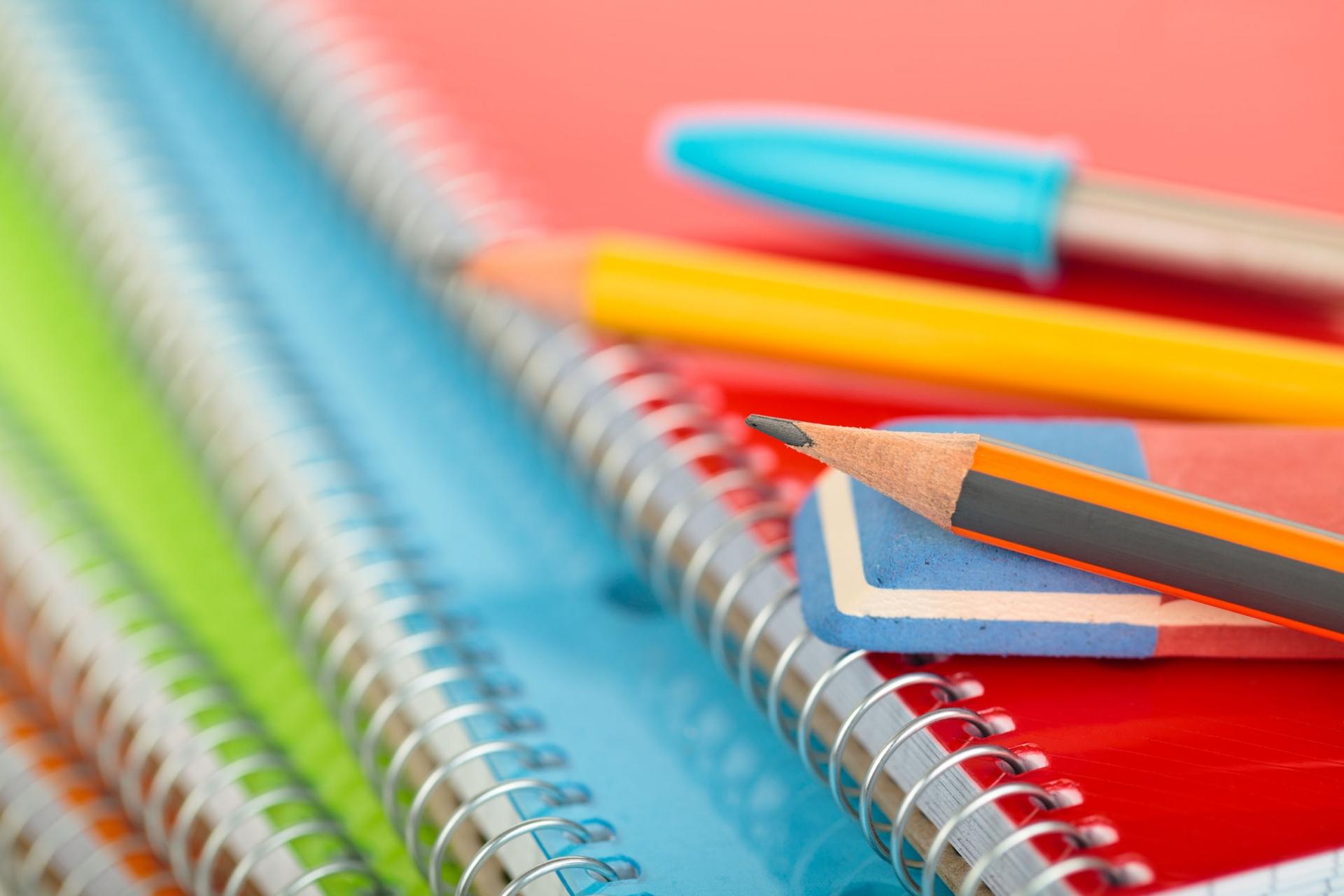 Von Blöcken über Bücher bis hin zum Füllfederhalter. Wir haben alles. © Vitalina Rybakova - Fotolia.com