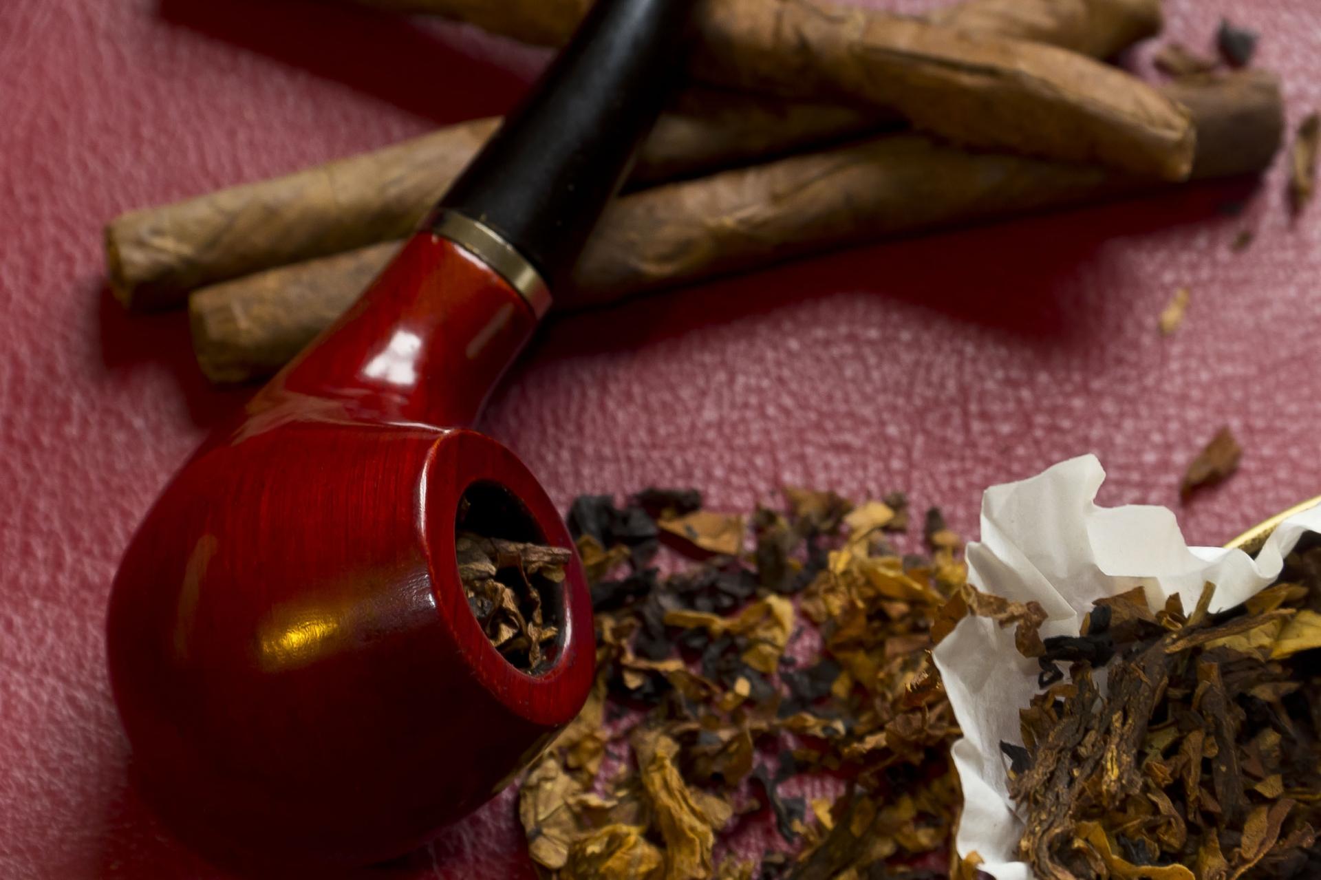 Sie suchen nach einer besonderen Pfeife oder einem besonderen Tabak? Wir bieten Ihnen eine große Auswahl! © mackoflower - Fotolia.com